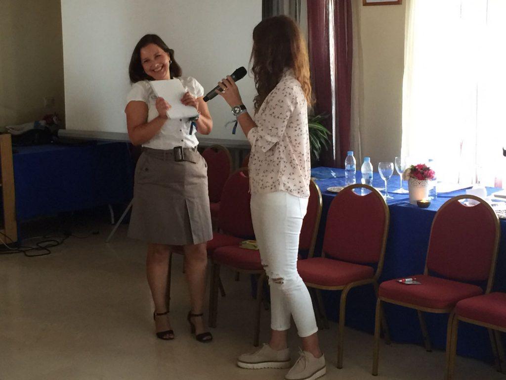 Mónica Gutierrez recibe el obsequio a manos de nuestra presidenta